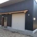 倉吉市 倉庫兼趣味の部屋:シックな黒の外壁でお洒落な空間